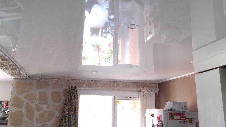 plafond-tendu-bretagne spots luminaire morbihan finistere toile tendue